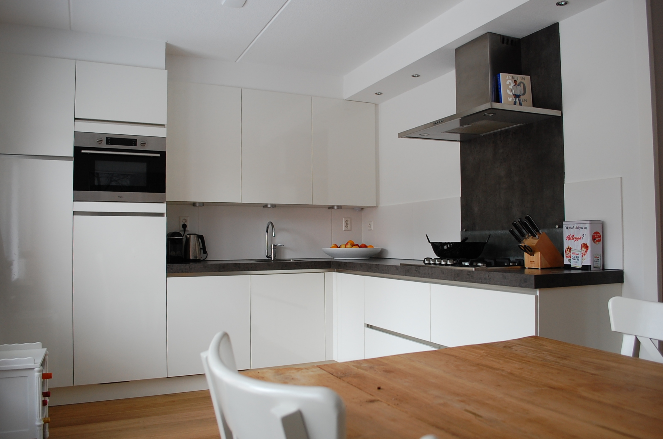 Witte Keuken Houten Vloer : De strakke, witte keuken krijgt door de houten vloer en tafel een warm