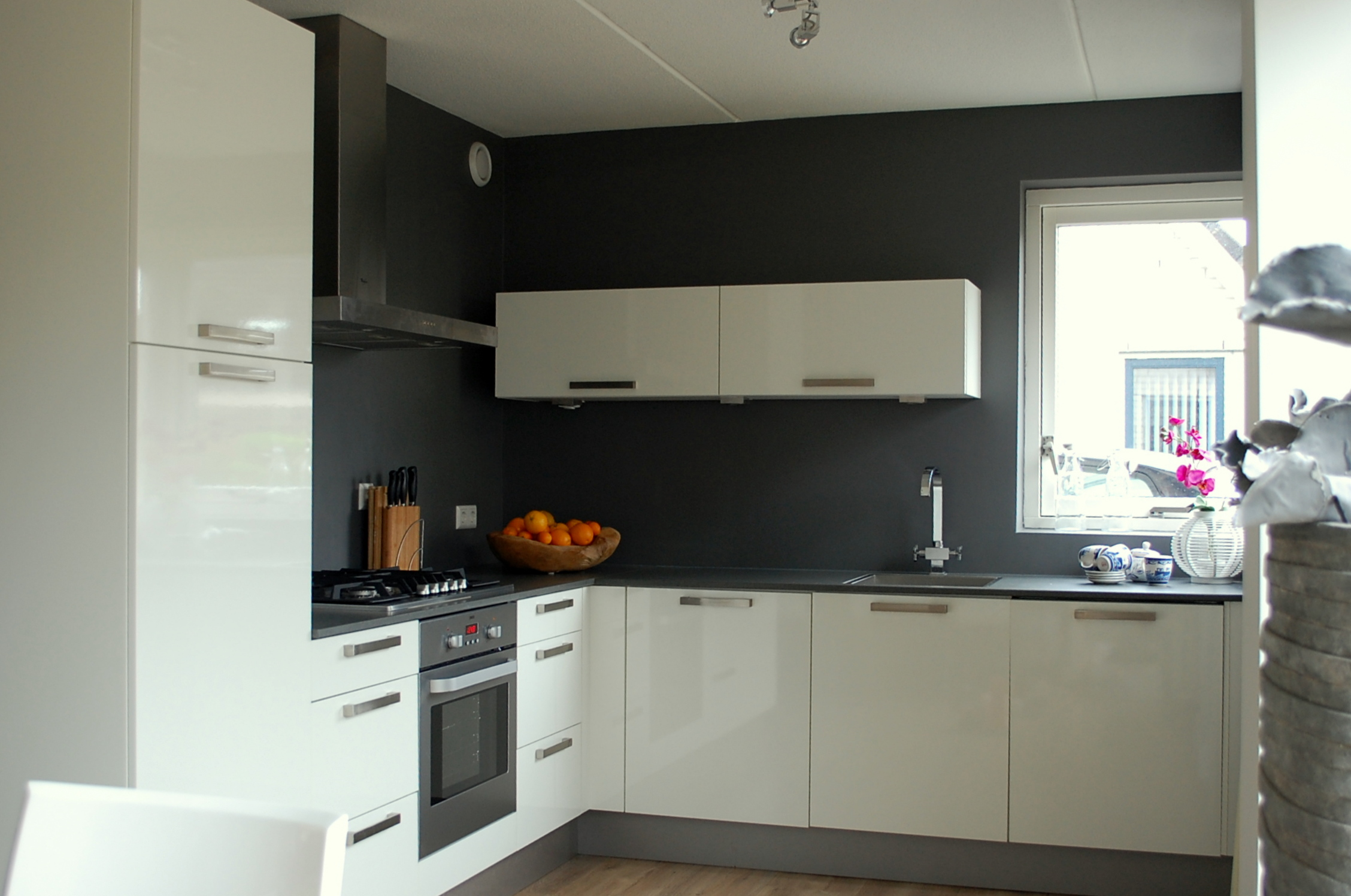 Achterwand Keuken Grote Tegels : De moderne keuken heeft een donker grijze achterwand gekregen en is