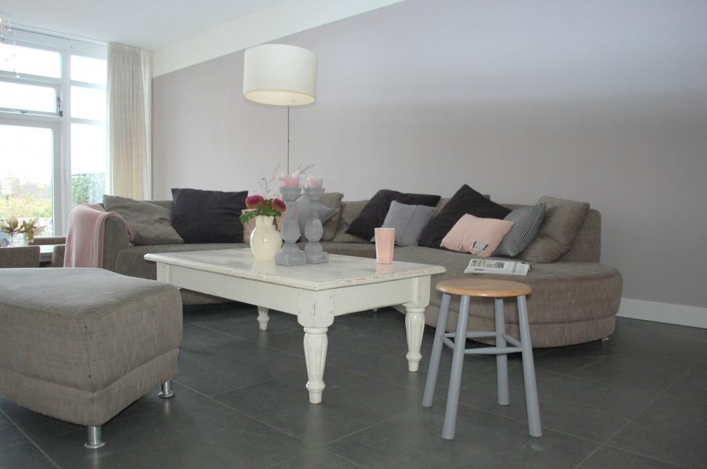 Binnenkijken in een nieuw gebouwd herenhuis maison belle for Taupe woonkamer