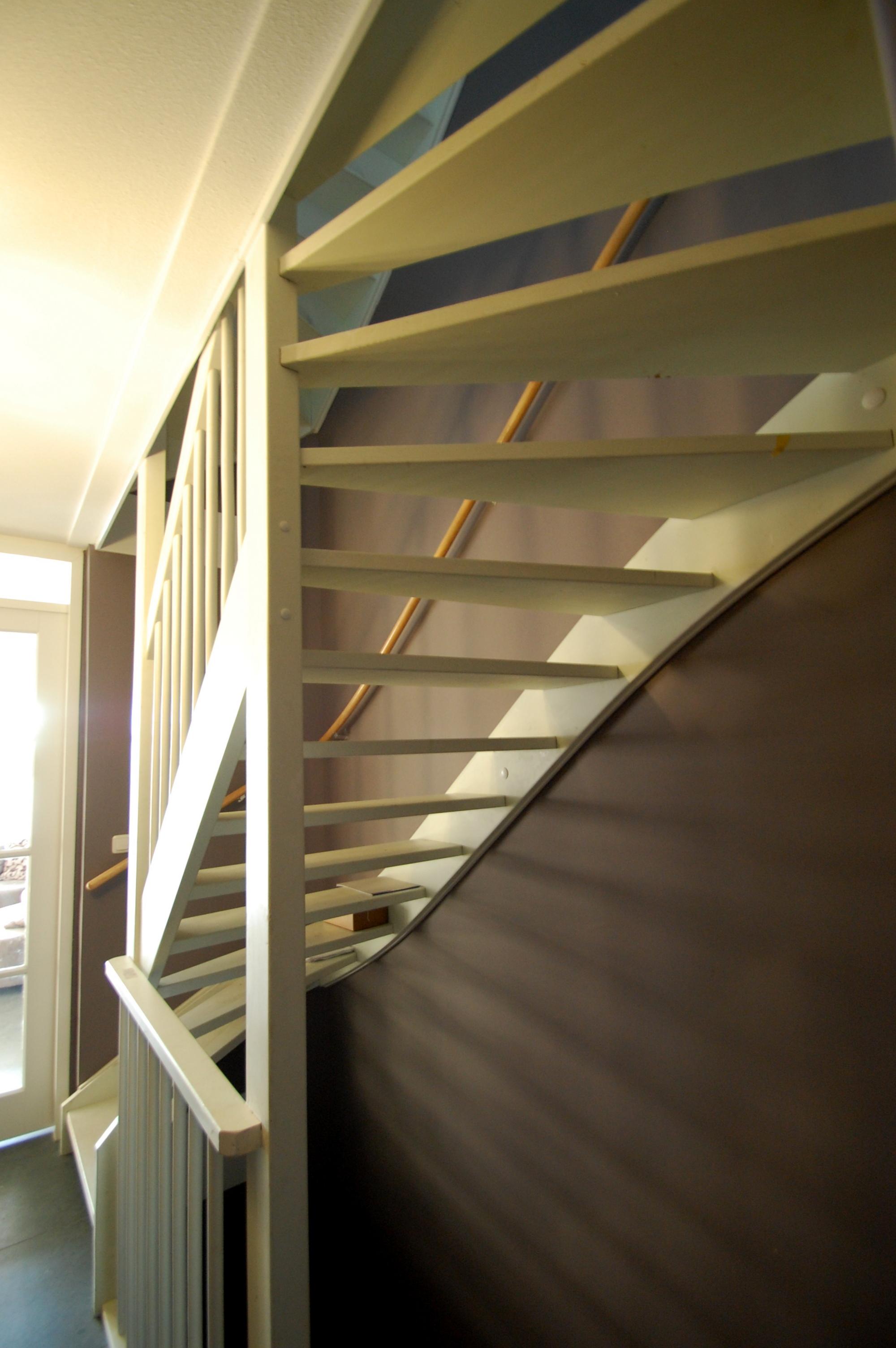 Witte Keuken Taupe Muur : De muur achter de witte trap is afgewerkt in een donkere kleur taupe.