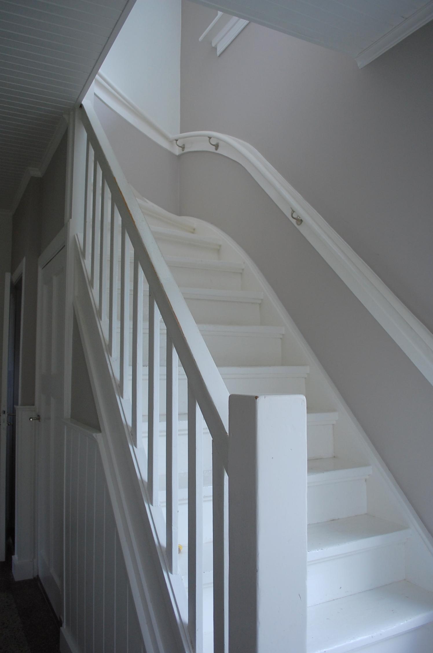 Interieuradvies jaren 30 woning in ede maison belle - Gang wit en grijs ...